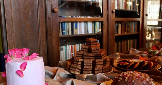 Jak smakuje ulubiony tort słynnej królowej francuskiej Marii Antoniny - która, jak głosi historia, jadła słodycze tylko rano i dzięki temu miała nie tyć? Przekonać na własnych kubkach smakowych będzie można się już w tym tygodniu. Ten smakołyk przygotowany według prawdziwej XVIII-wiecznej receptury pojawi się na III Festiwalu Kuchni Historycznej - Twierdza Smaków w Zamku Czocha na Dolnym Śląsku.