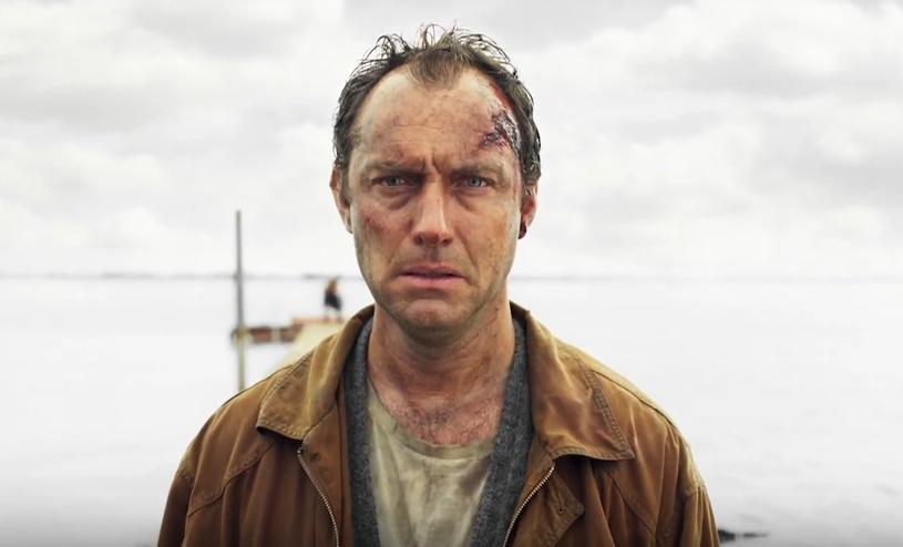 """Sześciodocinkowy miniserial """"Dzień trzeci"""" będzie miał premierę 15 września w HBO i HBO GO. W rolach głównych występują Jude Law i Naomi Harris, a partnerują im Katherine Waterston, Emily Watson i Paddy Considine."""