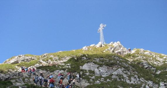 Na Tatrzańskich szlakach, pomimo pandemii koronawirusa, panuje bardzo duży ruch turystyczny. Tylko w lipcu Tatry odwiedziło ponad pół miliona turystów – wynika z danych Tatrzańskiego Parku Narodowego (TPN). Największą popularnością cieszy się niezmiennie Morskie Oko.