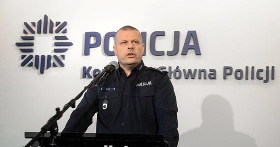 """""""Czuję się poszkodowany jako Komendant Główny Policji, jako oficer CBŚ, a także jako ojciec i głowa rodziny"""" - tak Zbigniew Maj komentuje losy śledztwa, które było powodem jego odejścia ze stanowiska szefa policji w 2016 roku. Wówczas minister Mariusz Kamiński mówił o poważnych zarzutach, które miał usłyszeć Maj. Postępowanie po sześciu latach umorzono."""