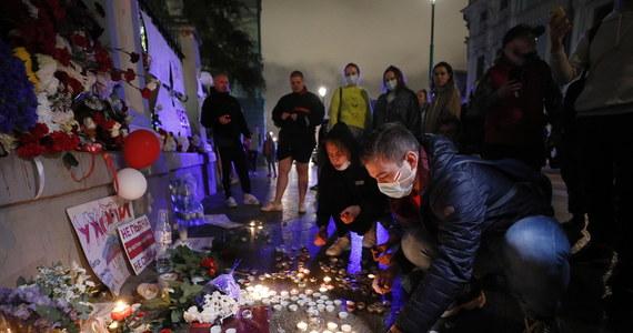 """Władze Białorusi potwierdziły w środę wieczorem informację o śmierci w szpitalu zatrzymanego w niedzielę 25-latka. W komunikacie napisano, że mężczyzna został zatrzymany podczas """"nielegalnej manifestacji"""", a potem stan jego zdrowia """"gwałtownie się pogorszył""""."""