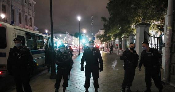 Policja w Moskwie zatrzymała kilka osób demonstrujących w pobliżu ambasady Białorusi. Chodzi m.in. o mężczyznę wykrzykującego obraźliwe hasła pod adresem prezydenta Alaksandra Łukaszenki. Jest to pierwsza interwencja policji w ciągu trzech dni protestów.