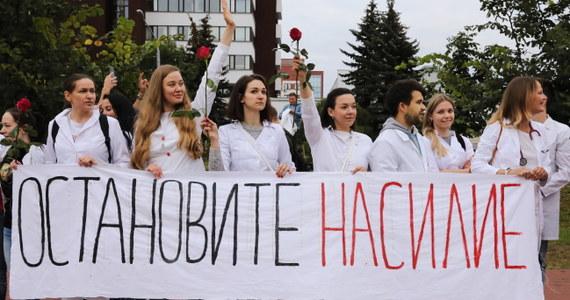"""W żywym łańcuchu przeciw przemocy stanęło wieczorem kilkuset lekarzy, pielęgniarek i studentów uniwersytetu medycznego w Mińsku. """"Mamy już dość, trzeba skończyć z biciem ludzi"""" – mówili medycy. Przy stacji metra Uruczcza OMON rozpędził kolejny protest po niedzielnych wyborach prezydenckich na Białorusi."""