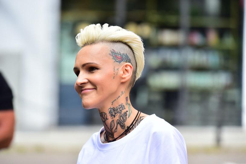 """Choć trudno w to uwierzyć, ale jedna z najpopularniejszych polskich wokalistek, która ma na koncie wiele hitów, zarówno z zespołem O.N.A, jak i solowych, nie spodziewała się, że będzie tak długo na scenie. """"Z moimi kompleksami myślałam, że jestem tu na sekundę"""" - wyznała piosenkarka."""