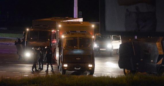 """Nie tylko """"omonowozy"""" (zwane więźniarkami), autobusy i busiki z firankami. Funkcjonariusze OMON-u w czasie tłumienia protestów na Białorusi przemieszczają się również taksówkami i autami carsharingu oraz karetkami pogotowia ratunkowego na sygnale."""