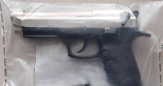 Policjanci ze Strzyżowa na Podkarpaciu zatrzymali 29-latka, który groził pistoletem swojemu sąsiadowi. Agresywny mężczyzna chciał spać, ale przeszkadzał mu hałas kosiarki w domu obok. Wystrzelił z pistoletu, a potem wycelował w sąsiada.