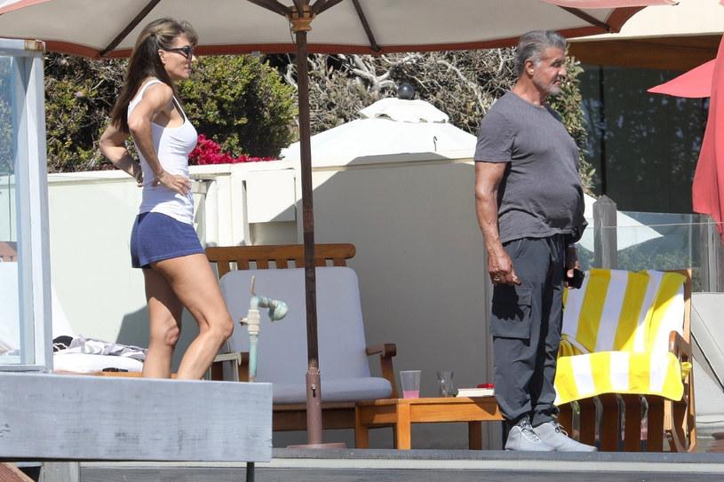 """Znany ze swojej muskulatury gwiazdor kina akcji przez lata wielokrotnie ujawniał swoje patenty na utrzymanie idealnej sylwetki. Teraz został sfotografowany na plaży w Malibu. Na zdjęciach prezentuje nadobfitość ciała nazywaną potocznie """"brzuchem piwnym""""."""