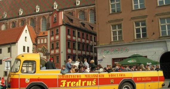 Słynny Fredruś znów wyjedzie na drogi. We Wrocławiu rusza remont jednego z nielicznych zachowanych autobusów-kabrioletów marki Jelcz w Polsce.