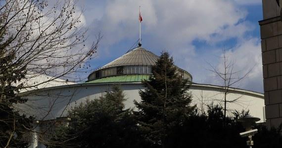 Głosowania nad nowelizacją ustawy o komisji weryfikacyjnej, a także nad sprawozdaniami: Rady Mediów Narodowych oraz KRRiT za 2019 rok znajdują się w porządku obrad piątkowego posiedzenia Sejmu. Posłowie zajmą się też najprawdopodobniej kolejnym projektem ustawy o tarczy antykryzysowej.