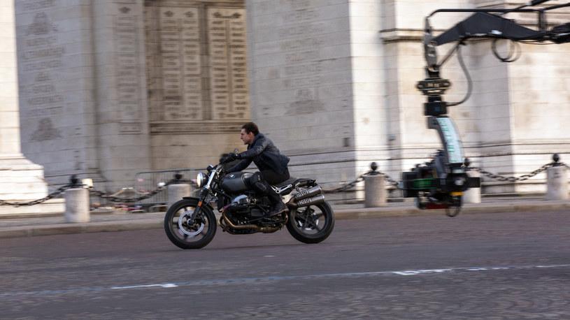 Pech nie opuszcza twórców nowej części kultowej serii filmów z Tomem Cruisem. Podczas kręcenia dużej sceny kaskaderskiej zapalił się motocykl, co wywołało pożar na planie i doprowadziło do zniszczenia scenografii wartej 2 miliony funtów.