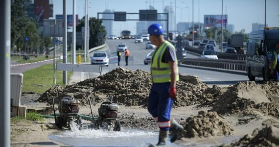 Z uwagi na rozmiary awarii wodociągu, do której doszło w okolicy ronda Dżochara Dudajewa normalna dostawa wody może zostać przywrócona około godz. 15 - przekazał rzecznik Miejskiego Przedsiębiorstwa Wodociągów i Kanalizacji w Warszawie Marek Smółka.