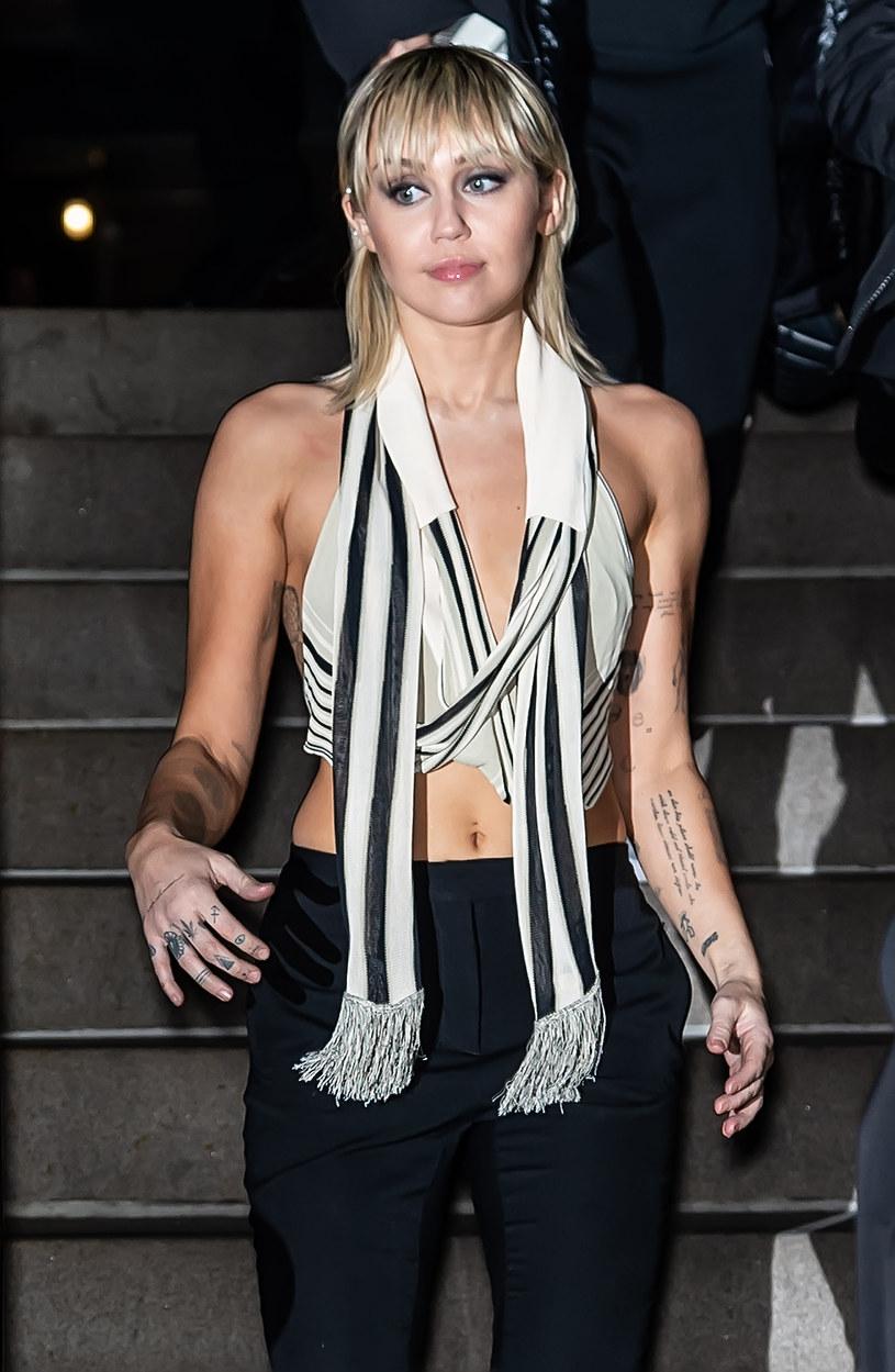 """W dniu premiery nowego teledysku """"Midnight Sky"""" Miley Cyrus pojawiły się informacje o zakończeniu jej dziewięciomiesięcznego związku z australijskim wokalistą i aktorem Codym Simpsonem."""