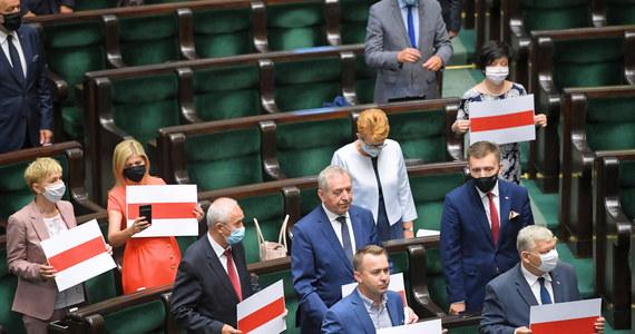 Sejm w uchwale przyjętej przez aklamację potępił stosowanie przez władze Alaksandra Łukaszenki brutalnej przemocy i masowych represji oraz zwrócił się do rządu o możliwość szybkiego przyjmowania uchodźców z Białorusi. Sejm zaapelował też do PE, RE i KE o podjęcie zdecydowanych działań.
