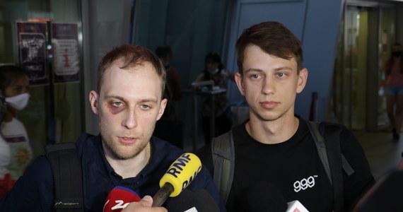 """""""Pobito nas już w więźniarce (...). Zabrano nas na komisariat. A potem trzymano w piwnicy sali gimnastycznej. Tam zaczęły się katowania. Możemy to wprost nazwać torturami, które trwały ponad 15 godzin. Oprócz nas było tam około kilkuset osób, ciągle kogoś wprowadzano i wyprowadzano. Myślę, że na spokojnie przewinęło się przez to miejsce tysiąc osób""""- mówią Polacy zatrzymani podczas protestów na Białorusi, po ogłoszeniu wyników wyborów prezydenckich."""