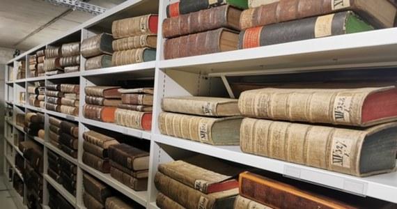 Wielka przeprowadzka we Wrocławiu. 450 tys. woluminów zmieniło adres i jest już w nowej Bibliotece Archidiecezjalnej na Ostrowie Tumskim. Ale ta jedna - najważniejsza XIII-wieczna Księga Henrykowska - dotrze tam najpóźniej za półtora miesiąca.