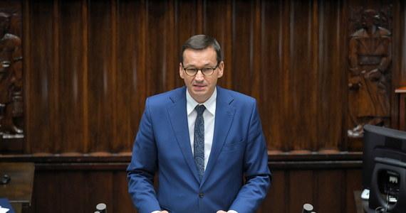"""Zaproponowałem partnerom z UE nadzwyczajne posiedzenie Rady Europejskiej w sprawie sytuacji na Białorusi; coraz więcej zachodnich państw przychyla się do tej propozycji; w sprawie Białorusi nie można zakładać maski obojętności czy neutralności - mówił w piątek w Sejmie premier Mateusz Morawiecki. Przedstawił również plan pomocy dla represjonowanych - """"Otworzyliśmy nasze serca dla Białorusi, chcemy otworzyć nasze granice i uczelnie""""."""