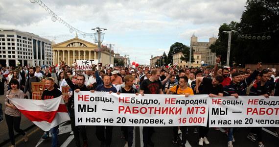 """Kilka tysięcy Białorusinów wyszło na ulice centrum Mińska w ramach protestu po niedzielnych wyborach prezydenckich. """"Niech żyje Białoruś! Chcemy wolnych wyborów! Wolności"""" – to niektóre ze skandowanych haseł."""