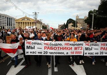 """Tłum protestujących w Mińsku. """"Niech żyje Białoruś! Chcemy wolnych wyborów!"""""""