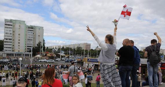 Będą nowe unijne sankcje, nałożone na białoruski reżim - ogłosił po rozmowie unijnych ministrów spraw zagranicznych, szef polskiej dyplomacji Jacek Czaputowicz. Według zapowiedzi, to mają być zakazy wjazdu na teren Unii i mrożenie pieniędzy w europejskich bankach. UE nie akceptuje wyników wyborów na Białorusi. Rozpoczynają się prace nad sankcjami dla osób odpowiedzialnych za przemoc i fałszowanie - napisał na Twitterze szef unijnej dyplomacji Josep Borrell.