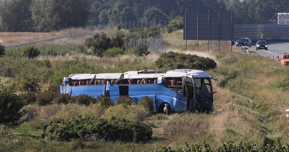 Wypaek autokaru na autostradzie A1 w pobliżu węzła Stanisławie na Pomorzu, na wysokości Tczewa. Pojazdem podróżowała wycieczka z dziećmi.