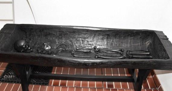 Kopię szczątków najstarszej kołobrzeżanki w technice 3D wykonało Muzeum Oręża Polskiego. Pozostałości pochówku z II wieku odsłoniło morze w klifie w Podczelu w drugiej połowie XIX stulecia.