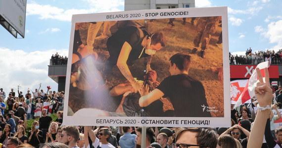 """""""Nie wybaczymy!"""" - skandowali uczestnicy protestu na ulicy Prytyckaha przy stacji Puszkińska w Mińsku, gdzie w poniedziałek w czasie demonstracji zginął jeden z jej uczestników. W sobotę odbył się pogrzeb mężczyzny. Białoruski bloger Nexta opublikował w sobotę w komunikatorze Telegram nagranie, które - jak napisał - przedstawia moment zabicia uczestnika protestu w Mińsku przez milicję. Kadr z poniedziałkowego nagrania demonstracji w Mińsku z rannym mężczyzną opublikowała też w sobotę agencja AP."""