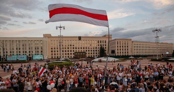 """Ponad 1000 osób zgromadziło się przed budynkiem telewizji państwowej w stolicy Białorusi Mińsku, domagając się uczciwego relacjonowania wydarzeń w kraju. """"Chcemy prawdy! Łukaszenka przegrał! (wybory prezydenckie)"""" – krzyczeli ludzie."""