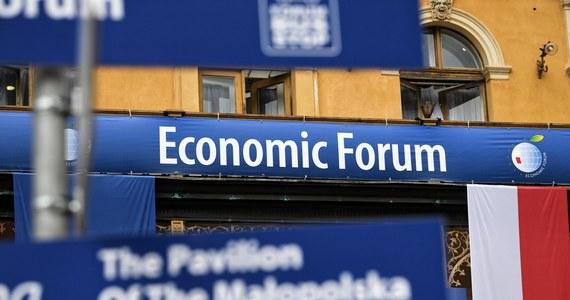 Forum Ekonomiczne, które co roku przyciągało do Krynicy-Zdroju ludzi biznesu i najważniejszych polityków, zostało przeniesione do Karpacza. Decyzja ta ma związek z faktem, że Krynica-Zdrój jest w wyznaczonej przez resort zdrowia czerwonej strefie, w której notuje się dużą liczbę zakażeń koronawirusem.
