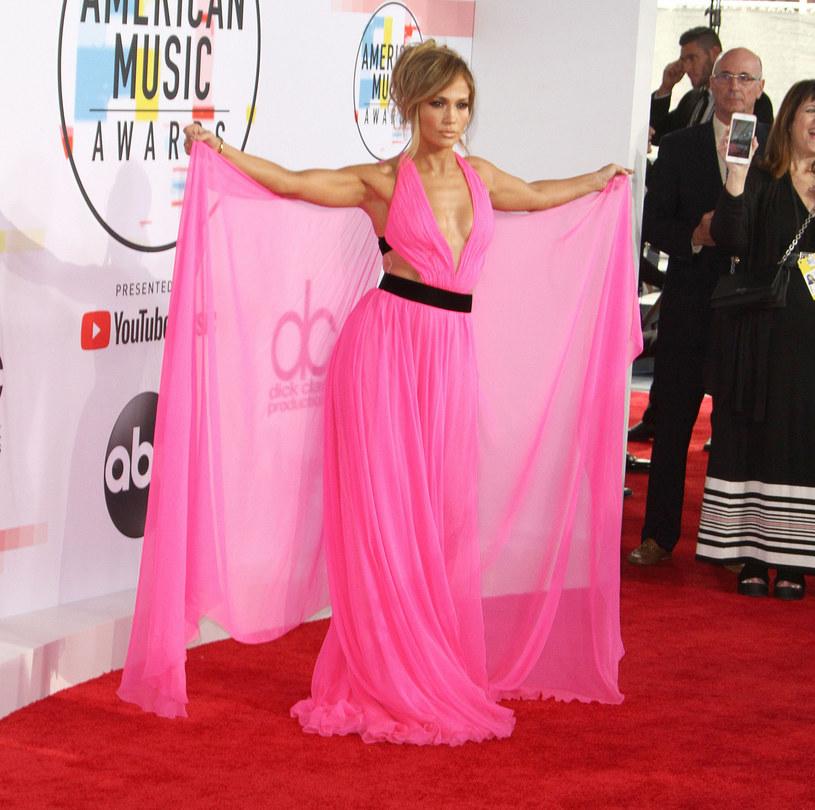 Jennifer Lopez wciąż cieszy się dużą popularnością na całym świecie. Cały czas prezentuje nienaganną sylwetkę, a każde jej kolejne zdjęcie wzbudza podziw fanów.