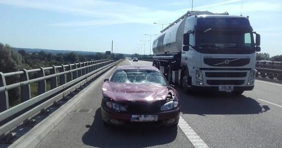Policjanci z Elbląga na obwodnicy tego miasta zatrzymali auto, które wyglądało jak ze złomowiska - miało tylko przednią szybę, a i ta się zbiła, gdy uderzyła w nią klekocząca maska poderwana pędem wiatru. Kierowca auta był pod działaniem narkotyków i nie miał uprawnień do kierowania.