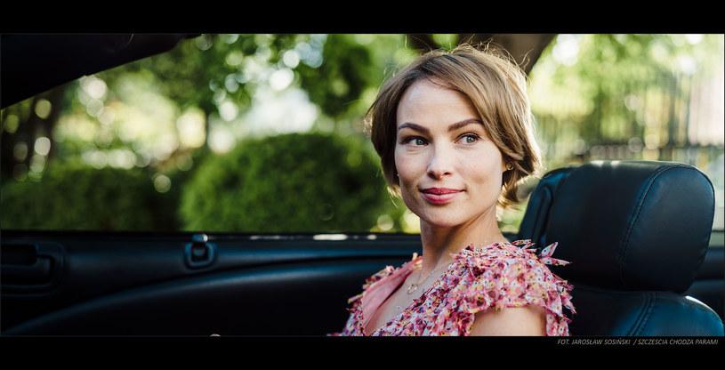 """Weronika Książkiewicz nie ukrywa, że prowadząc auto czuje się, jak ryba w wodzie. Dlatego rola przebojowej projektantki aut, jaką zagrała w komedii """"Szczęścia chodzą parami"""", wydawała się dla niej stworzona."""