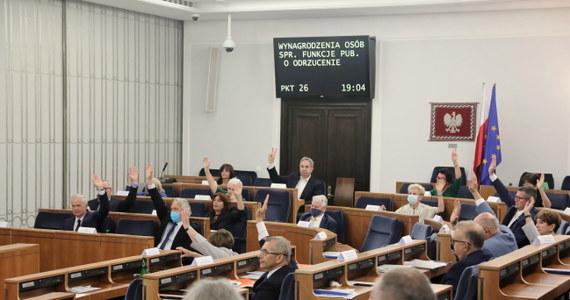 """Senat opowiedział się przeciw przegłosowanym w piątek przez Sejm zmianom, wprowadzającym podwyżki dla polityków i zwiększenie subwencji dla partii politycznych. Za odrzuceniem tej nowelizacji głosowało 48 senatorów, 45 było przeciw. Nikt się nie wstrzymał. """"Stało się, jak się stało, i wydaje mi się, że na tym, co zaszło dziś w Senacie, ten projekt kończy swoją historię"""" - ocenił wicemarszałek Sejmu Ryszard Terlecki."""