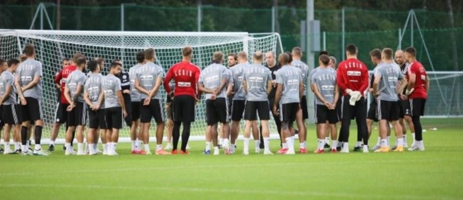 Legia Warszawa poinformowała, że jeden z jej zawodników ma pozytywny wynik testu na koronawirusa. Nie ujawniono jednak, o kogo dokładnie chodzi.