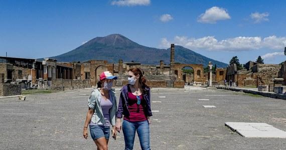Do roku więzienia i 3 tysiące euro grzywny – taka kara grozi turystyce, która weszła na dach term w parku archeologicznym w Pompejach, by zrobić sobie zdjęcie. Zachowanie kobiety mogło doprowadzić do zawalenia się konstrukcji. Dyrekcja włoskiego parku ma nadzieję, że ustali jej tożsamość, bo bilety są imienne.