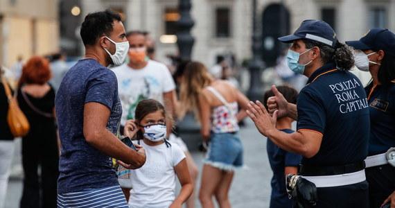400 euro wynosi we Włoszech kara za złamanie nowych przepisów dotyczących noszenia maseczek. Najważniejsze decyzje podjęte przez Radę Ministrów to nakaz zamknięcia dyskotek i sal tanecznych w całym kraju, a także wymóg noszenia maseczek od godziny 18:00 do 6:00 rano we wszystkich miejscach na otwartej przestrzeni, w których nie jest możliwe zachowanie dystansu społecznego.