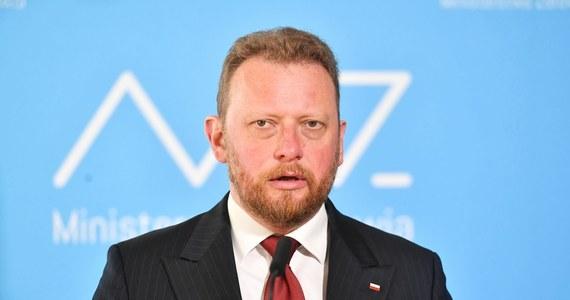 """Łukasz Szumowski podczas wtorkowej konferencji poinformował o tym, że rezygnuje z kierowania Ministerstwem Zdrowia. """"Dzisiaj uznałem, że to odpowiedni czas"""" - mówił prof. Szumowski. Nigdy nikt z kierownictwa partii nie sugerował mi odejścia ze stanowiska; zarówno premier Mateusz Morawiecki jak i prezes PiS Jarosław Kaczyński znali moje stanowisko i ja znałem ich stanowisko - zapewniał."""