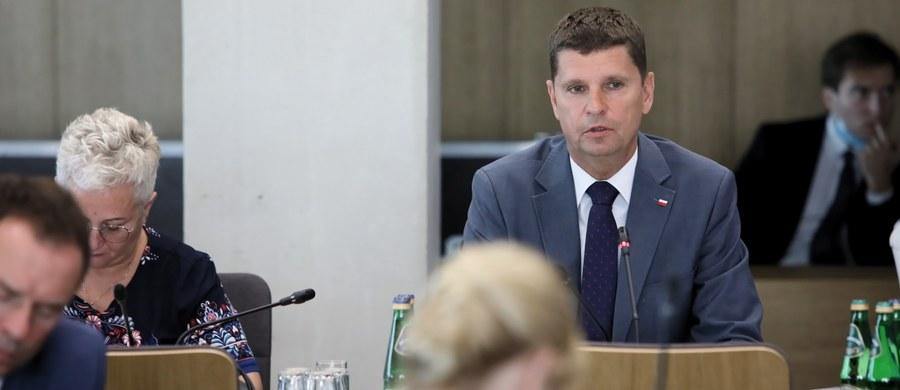 """""""Przewidujemy - tak przynajmniej na dziś się to wydaje - że przytłaczająca większość szkół będzie mogła od września funkcjonować normalnie, z tymi minimalnymi wymogami sanitarno-higienicznymi"""" – mówił w Sejmie minister edukacji Dariusz Piontkowski. """"Musimy być gotowi na różne sytuacje i dać możliwość elastycznego reagowania"""" – zastrzegł."""
