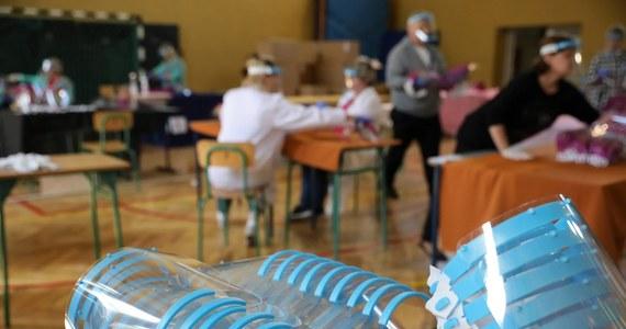 W szkołach na Podkarpaciu dzieci będą uczyły się w przyłbicach, a zajęcia wychowania fizycznego będą odbywać się na zewnątrz – to wytyczne podkarpackiego inspektora sanitarnego dla dyrektorów szkół w regionie.