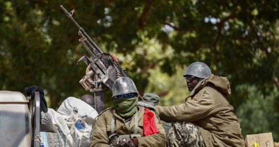 Uwięziony podczas wojskowego puczu prezydent Mali Ibrahim Boubacar Keita ogłosił swoją dymisję. Szef państwa zdecydował także o rozwiązaniu rządu oraz parlamentu. Keita i Boubou Cisse zostali we wtorek pojmani przez zbuntowanych żołnierzy w Bamako. Buntownicy w stolicy zostali powitani przez wiwatujących demonstrantów, którzy od czerwca domagają się odejścia głowy państwa z powodu rzekomej korupcji i złego zarządzania krajem.