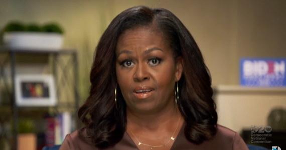 """Była pierwsza dama Michelle Obama wsparła demokratów podczas konwencji nie tylko swoim przemówieniem, ale także... strojem. Miała na szyi prosty złoty naszyjnik z napisem """"VOTE"""" – GŁOSUJ. Biżuteria wzbudziła ogromne zainteresowanie i stała się najpopularniejszym hasłem wyszukiwanym w Google w USA podczas ostatniej godziny konwencji demokratów."""