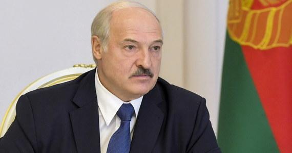 """Prezydent Białorusi Alaksandr Łukaszenka, zwracając się do robotników, zapowiedział w środę """"uporanie się"""" z uczestnikami mityngów - pisze państwowa białoruska agencja BiełTA. Uczestników protestów w zakładach porównał do gestapo."""