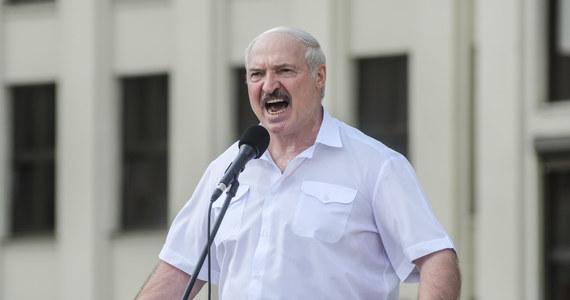 W Mińsku ma nie być więcej żadnych zamieszek - oświadczył w środę prezydent Alaksandr Łukaszenka, zwracając się do MSW. Wcześniej odbyła się narada białoruskiej Rady Bezpieczeństwa z udziałem gubernatorów. Polecił także obserwację wojsk NATO na terytorium Polski i Litwy.