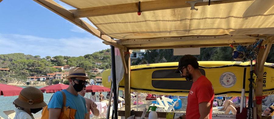 Obowiązek noszenia maseczki na plaży wprowadziły władze obleganej przez turystów nadmorskiej miejscowości Meta na Półwyspie Sorrentyńskim, na południu Włoch. Można ją zdjąć tylko pod swoim parasolem i w wodzie.