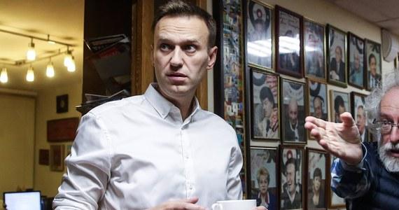 Aleksiej Nawalny, rosyjski bloger i opozycjonista trafił do szpitala w Omsku z powodu zatrucia. Jak podejrzewają jego współpracownicy, polityk mógł zostać otruty. Pojawiło się nagranie ze środka samolotu, którym leciał.