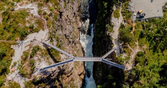 W piątek pierwsi śmiałkowie będą mogli się przejść kładką zawieszoną nad mającym 182 metrów wysokości wodospadem Voringsfossen w Norwegii. Pomost ma 47 metrów długości i łączy zbocza w przełęczy w Hardangervidda w dolinie Mabodalen. Do tej pory turyści mogli zachwycać się urokami wodospadu z punktów widokowych umieszczonych po obu stronach przełęczy. Teraz – jeśli tylko nie cierpią na lęk wysokości - obejrzą kipiel z góry.