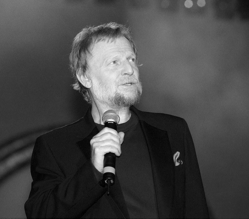 """Nie żyje piosenkarz, gitarzysta, aktor Piotr Szczepanik - wykonawca jednej z najpiękniejszych polskich ballad o miłości """"Kochać"""", a także takich utworów jak """"Goniąc kormorany"""" i """"Żółte kalendarze"""". Miał 78 lat. O śmierci artysty poinformowała w czwartek PAP córka artysty Jagoda Maria Szczepanik."""
