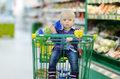 Polacy rezygnują z wakacji i ograniczają zakupy