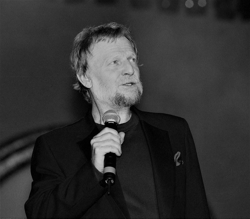 """Piosenkarza, który zmarł 20 sierpnia, większość fanów zapamięta ze szlagierów, takich jak: """"Żółte kalendarze"""", """"Goniąc kormorany"""" czy """"Kochać"""". Niewielu wie, że później, w latach 70. występował w kameralnych recitalach z akompaniamentem gitary lub bałałajki. Projekt ten nosił nazwę: """"Romanse sprzed lat""""."""