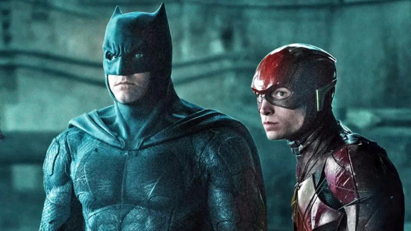 """Ben Affleck wraca do roli Batmana! Po tym, jak przejął ją po nim Robert Pattinson w powstającym właśnie filmie """"The Batman"""", wydawało się, że popularny aktor już nigdy nie założy kostiumu człowieka-nietoperza. Będzie inaczej. Nie dość, że Affleck po raz kolejny wystąpi jako Batman, to dojdzie do tego w filmie """"The Flash"""", w którym w rolę innego Batmana wcieli się... Michael Keaton. Tym samym filmowe uniwersum DC Comics oficjalnie zmienia się w multiwersum."""