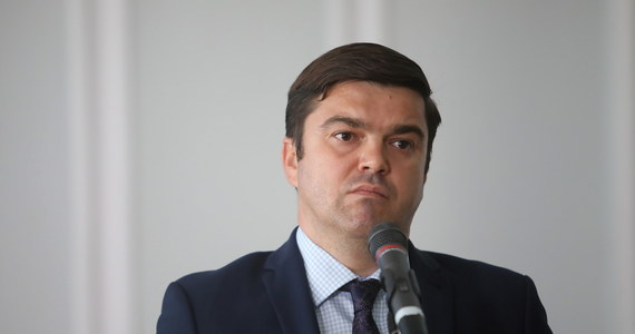 Nie ma dużych ognisk zachorowań na COVID-19. Dzienny ich wskaźnik wynika głównie z zakażeń w zakładach pracy czy w trakcie imprez okolicznościowych - skomentował rekordowe 903 zakażenia rzecznik prasowy MZ Wojciech Andrusiewicz.